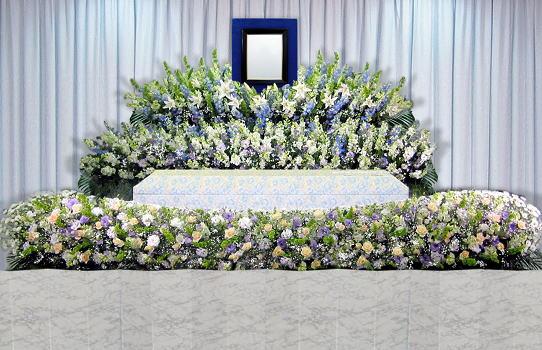 花祭壇の家族葬やすらぎA 祭壇(写真をクリック)は選択可能。デザインや花の種類、色合い、洋風和風
